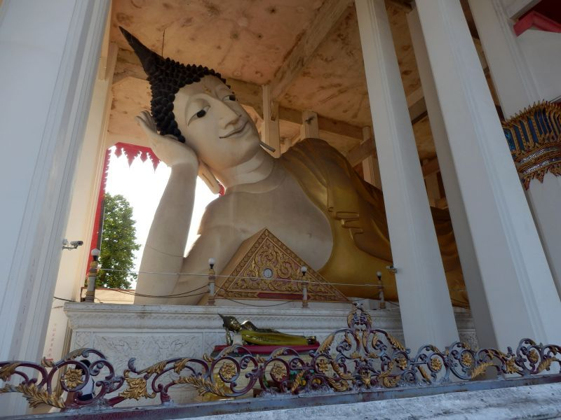 der 35 m lange Buddha