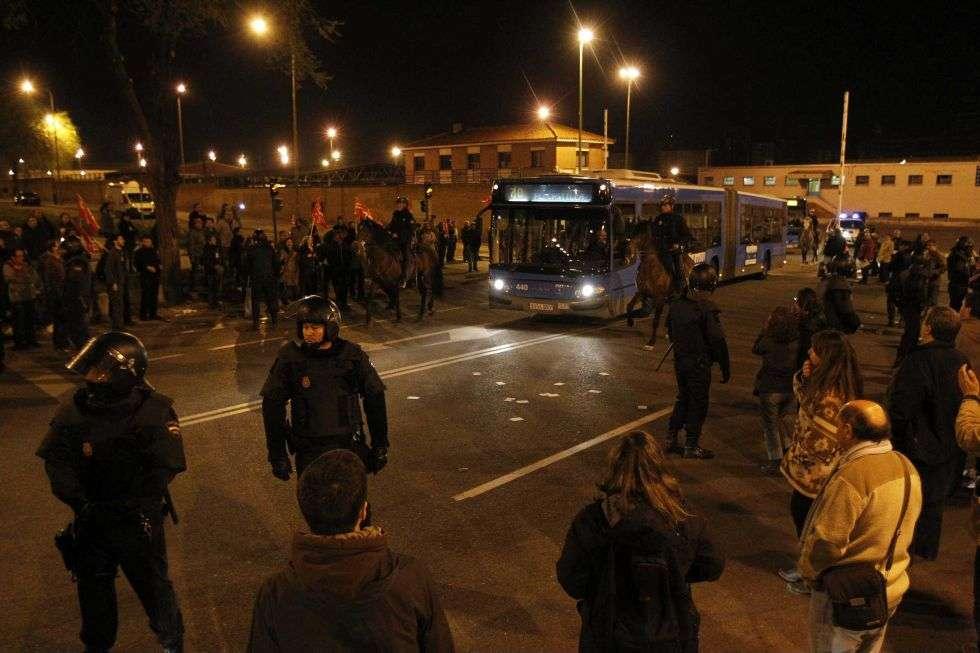 Policías antidisturbios controlan las cocheras de Fuencarral, Madrid.